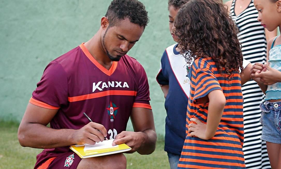 Quando foi contratado pelo Boa Esporte, em 2017, Bruno deu autógrafos a crianças e foi incensado por torcedores, antes de ser mandado de volta à prisão. Foto: Marcos Alves / Agência O Globo