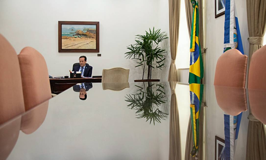André Moura em seu gabinete, no Palácio da Guanabara, no Rio de Janeiro. Aproximação com Witzel se deu em razão da filiação partidária. Secretário teve seus poderes ampliados na atual gestão. Foto: Ana Branco / Agência O Globo