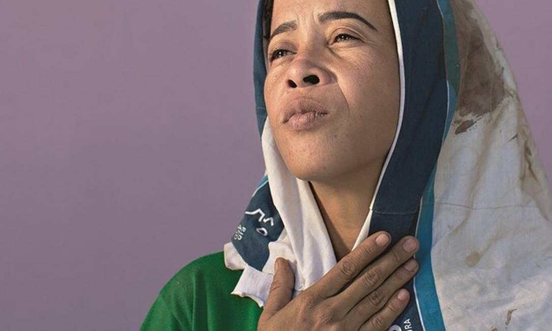Bruna da Silva, mãe do adolescente Marcos Vinícius, morto aos 14 anos na Vila dos Pinheiros, na Maré. O menino foi baleado a caminho da escola em 2018. No enterro, a camiseta do uniforme escolar manchada de sangue foi exposta em cima do caixão. Foto: Márcia Foletto / Agência O Globo