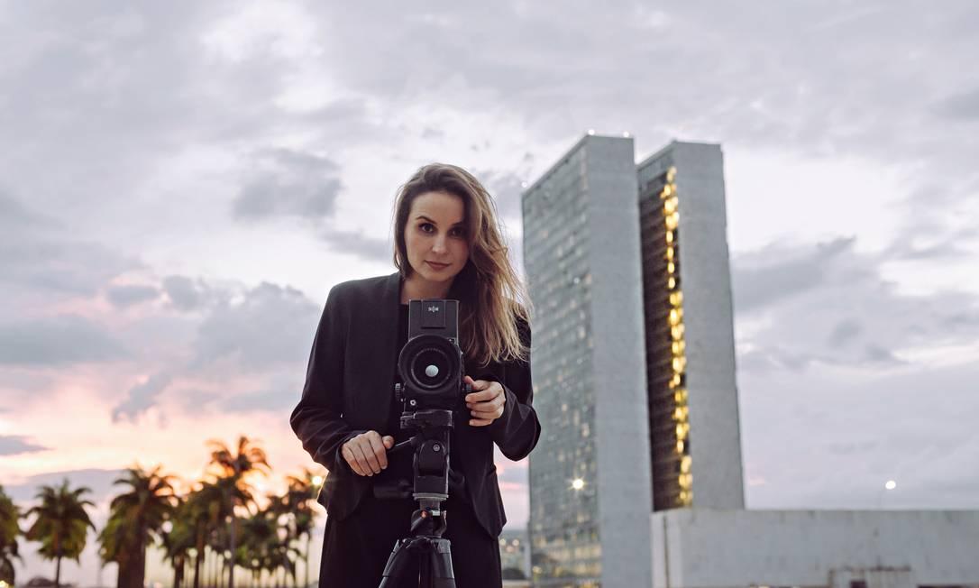 """Seguindo uma tendência, Petra Costa, diretora do documentário """"Democracia em vertigem"""", mistura partes de sua vida privada com sua visão da história recente Foto: Diego Bresani / Divulgação"""