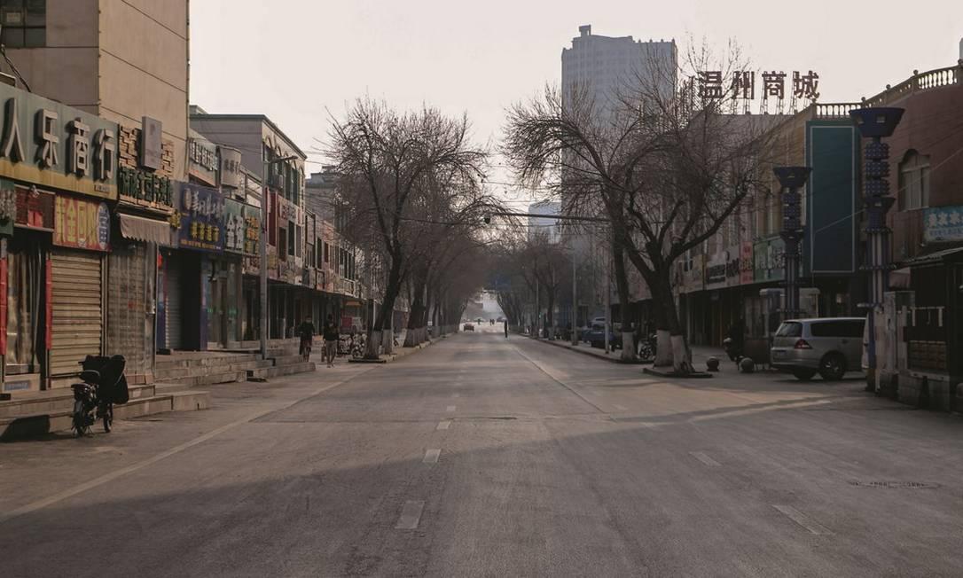 A epidemia deve causar uma redução de, no mínimo, 2% no PIB chinês, de acordo com estimativa do LearnBonds, site americano de informações financeiras. Foto: SOPA Images / LightRocket / Getty Images