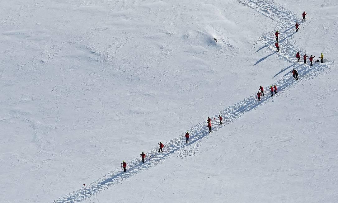 Turistas caminham em Orne Harbur, nas Ilhas Shetland do Sul. Estima-se que 70 mil turistas deverão visitar a Antártica na temporada atual. Foto: Johan Ordonez / AFP / Getty Images