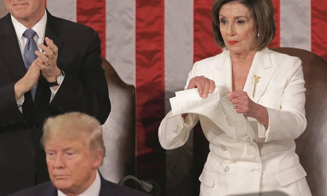 Pelosi rasgou em três etapas as páginas do discurso de mais de uma hora de Trump. Foto: Jonathan Ernst / Reuters