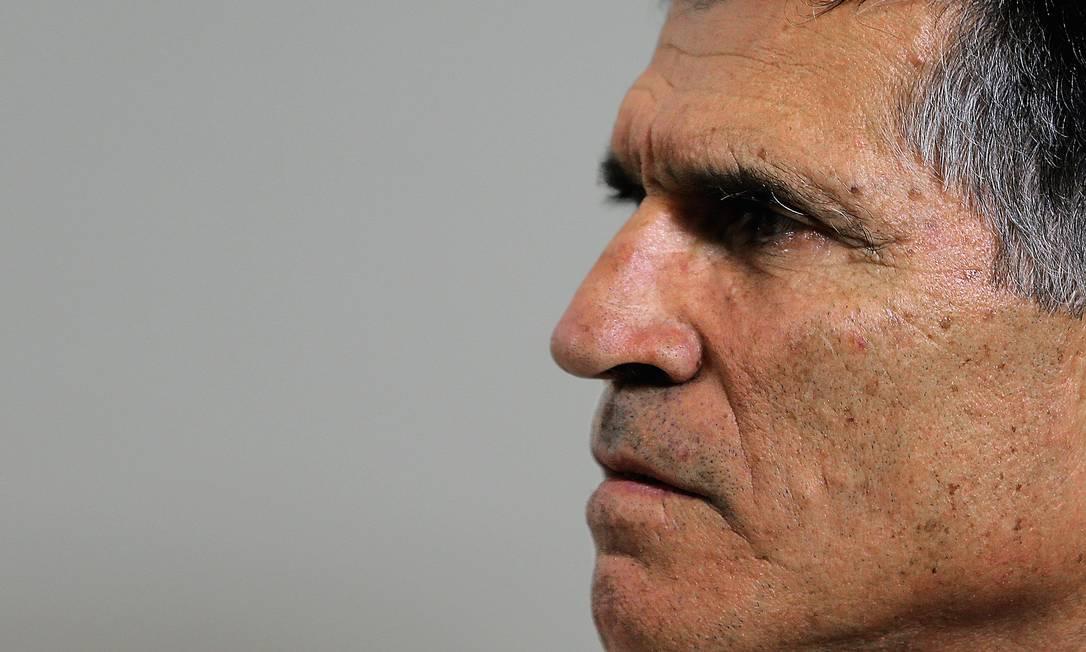 Santos Cruz quer que investigação descubra como as mensagens falsas atribuídas a ele chegaram ao celular de Bolsonaro. Foto: Jorge William / Agência O Globo