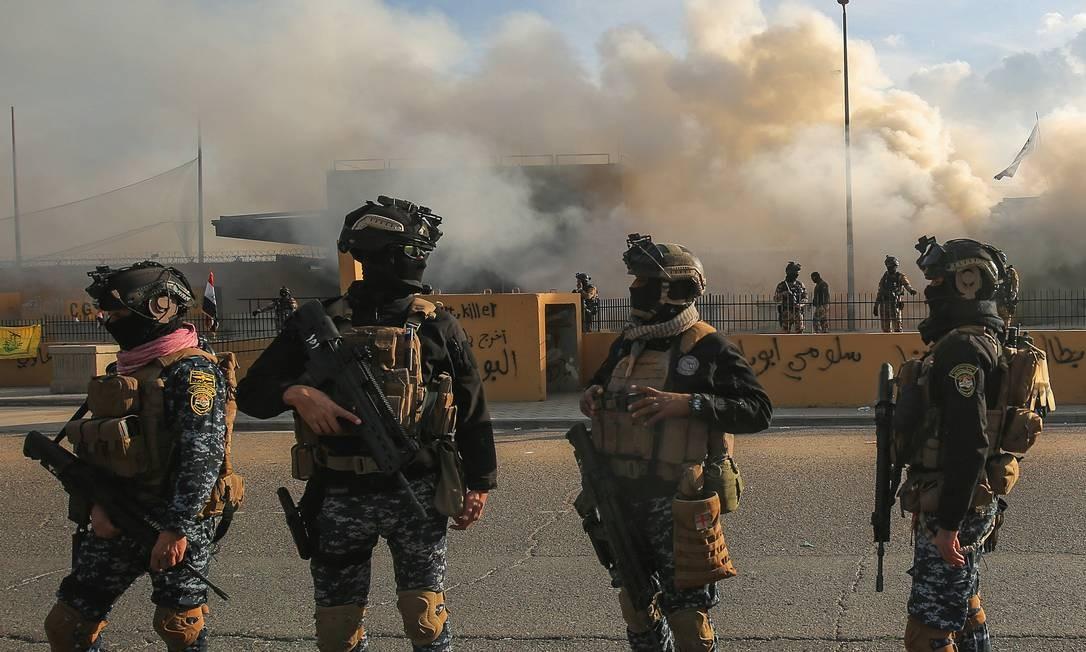 As forças de segurança iraquianas em frente à embaixada dos Estados Unidos em Bagdá. Manifestações no local teriam motivado o ataque que matou o iraniano Qassem Soleimani. Foto: Ahmad Al-Rubaye / AFP
