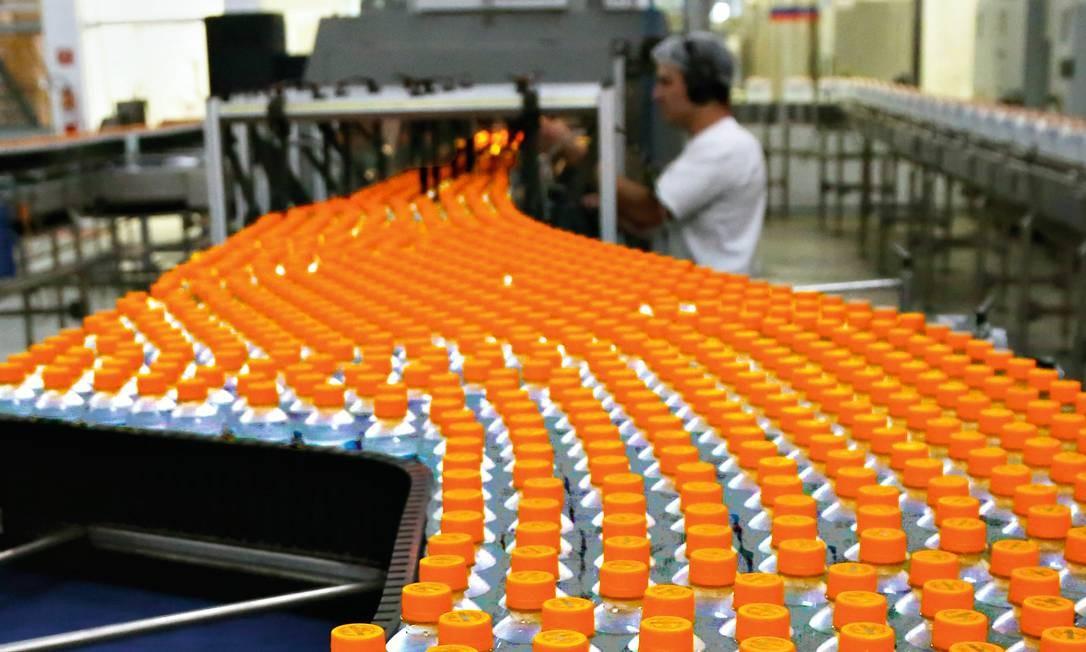 A linha de produção da Minalba, em Campos do Jordão, São Paulo. Houve aumento na capacidade da linha de montagem para garantir a distribuição para o Rio. Foto: Fernando Donasci / Agência O Globo