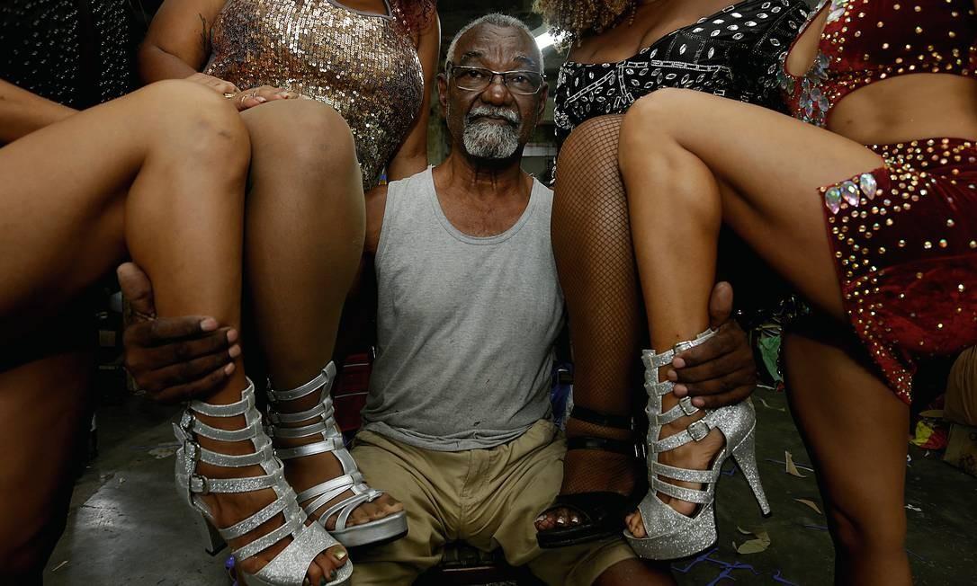 O sapateiro Seu Pedro com algumas de suas criações e clientes. Foto: Marcelo Theobald / Agência O Globo