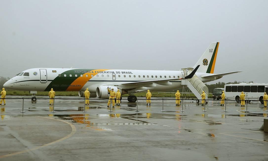 Os brasileiros que estavam no epicentro da doença na China foram trazidos em avião da FAB Foto: Jorge William / Agência O Globo