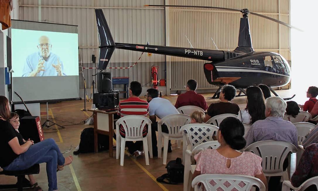 Edward Luz, em mensagem gravada, anuncia que o helicóptero será usado para levar missionários a aldeias onde não há pista de pouso. Foto: Facebook / Missão Novas Tribos do Brasil