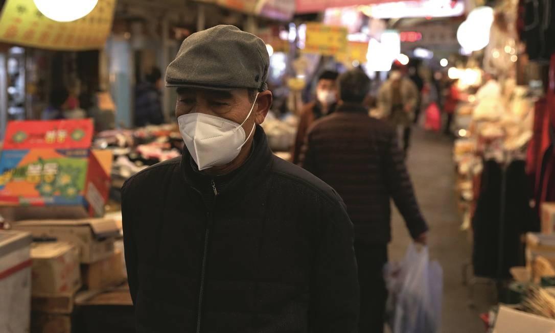 A Coreia do Sul conseguiu fazer o número de casos decrescer sem fechar as fronteiras. Foto: Chung Sung-Jun / Getty Images