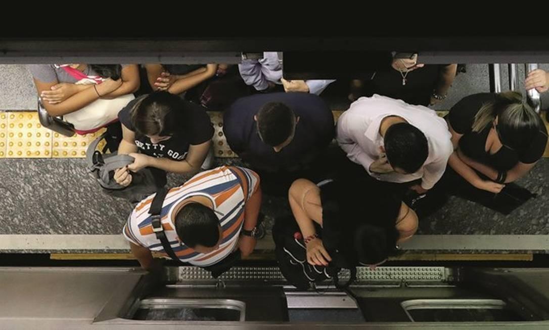 O metrô de São Paulo ficou cheio quando todos já sabiam que era preciso evitar aglomerações. Foto: Amanda Perobelli / Reuters
