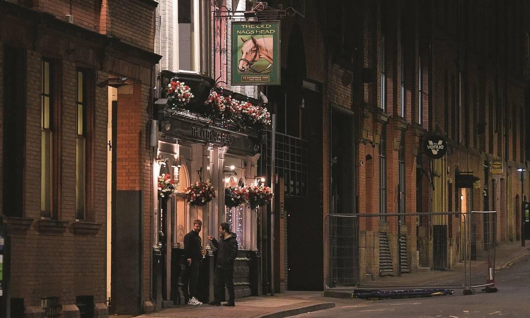 Em Manchester, no Reino Unido, ruas vazias em frente aos pubs nas comemorações do dia de São Patrício, festa tradicional irlandesa também celebrada no Reino Unido. Foto: Oli Scarff / AFP