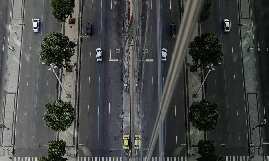 A Avenida Presidente Vargas, no Rio de Janeiro, com poucos carros após o pedido das autoridades locais para que todos evitassem as ruas. Foto: Ricardo Moraes / Reuters