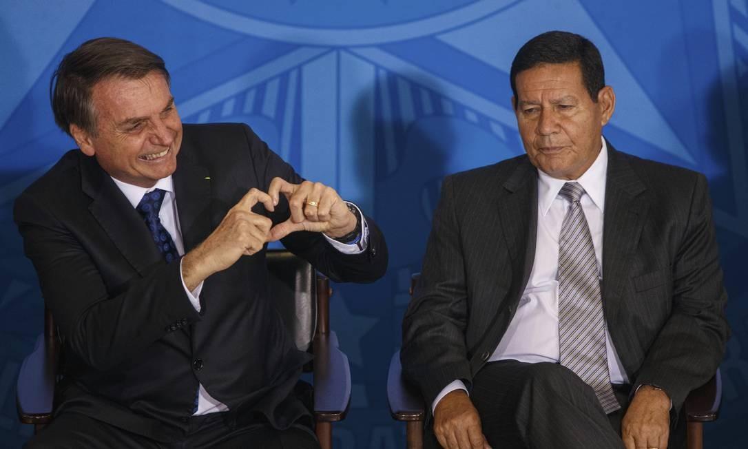 Bolsonaro foi enquadrado por Mourão, que, ao contrário do presidente, tem se alinhado ao cientificismo defendido historicamente pelos militares. Foto: Daniel Marenco / Agência O Globo