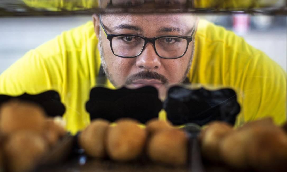 Bruno Alves, de 41 anos, tem de pedir a familiares mantimentos para continuar fabricando salgados. O movimento caiu pela metade desde o início da pandemia. Foto: Hermes de Paula / Agência O Globo