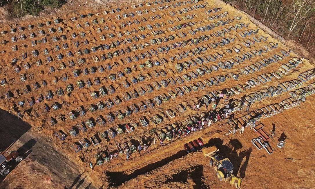 Vista aérea das covas abertas para o enterro das vítimas da Covid-19 no cemitério Parque Tarumã, em Manaus. Na quarta-feira 22, em razão do excesso de corpos, foi aberta uma vala comum. Foto: Michael Dantas / AFP
