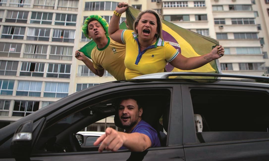 Apoiadores de Bolsonaro têm saído às ruas em carreatas para defender o fim do isolamento social, contra os cientistas e a favor do presidente. Foto: Mauro Pimentel / AFP