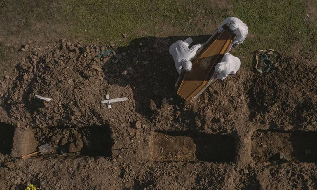 O Cemitério do Caju, no Rio de Janeiro, onde estão sendo feitas covas rasas para enterrar os mortos da Covid-19. Foto: Gabriel Monteiro / Agência O Globo