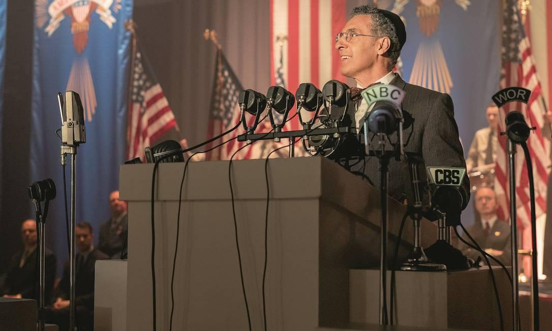 O rabino Lionel Bengelsdorf (interpretado por John Turturro) é entusiasta de políticas do presidente americano que estimulam o antissemitismo. Foto: Divulgação / HBO