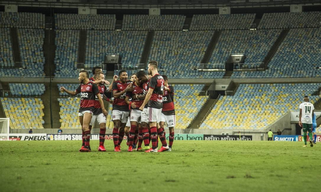 Estádios sem torcida podem se tornar comuns quando os campeonatos forem reiniciados. Foto: Guito Moreto / Agência O Globo