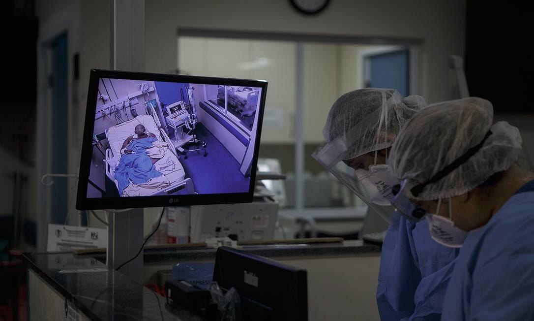 Pacientes com Covid-19 no Hospital Universitário Pedro Ernesto, no Rio de Janeiro, onde há UTI exclusiva para os infectados. Foto: Alexandre Cassiano / Agência O Globo