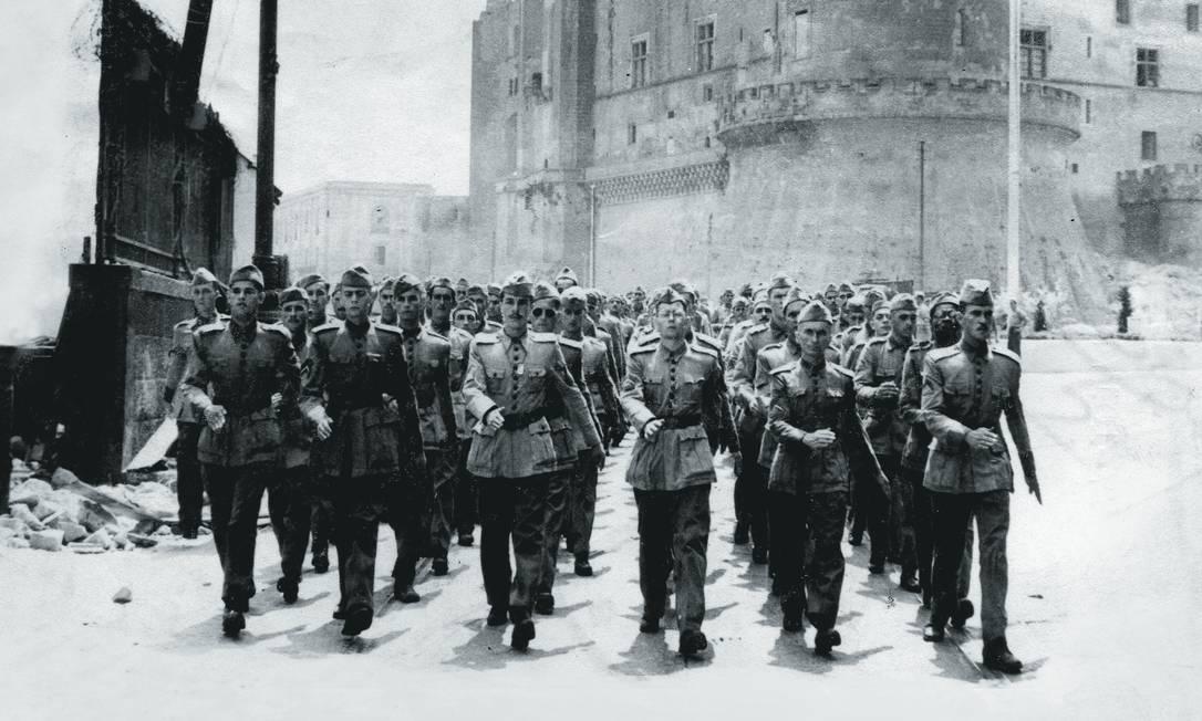 Tropas brasileiras marcham pelas ruas de Nápoles. Foto: AP Photo