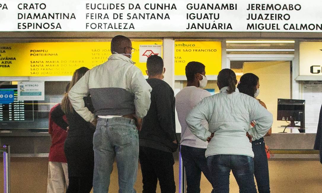 Demitidos em São Paulo, nordestinos fazem fila na rodoviária para voltar para casa, mas dizem que vão retornar ao Sudeste quando as vagas de emprego reabrirem. Foto: Edilson Dantas / Agência O Globo