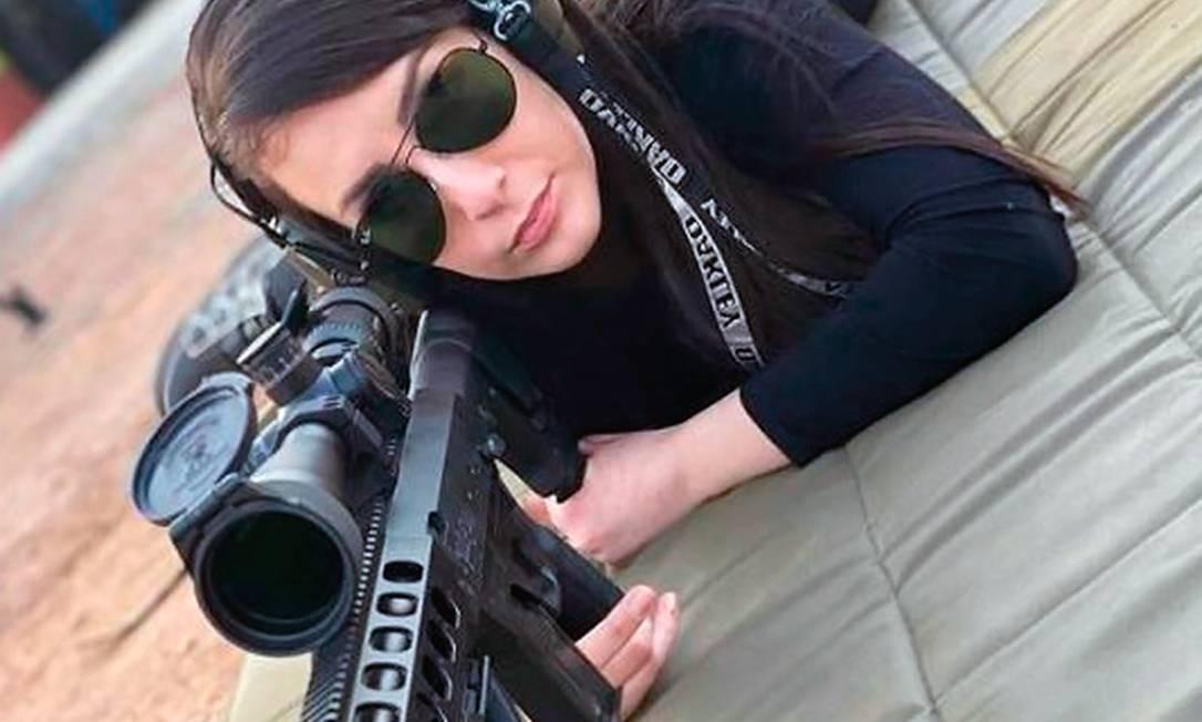 Depois do início do namoro com delegado, Priscila Delgado também começou usar armas Foto: Reprodução