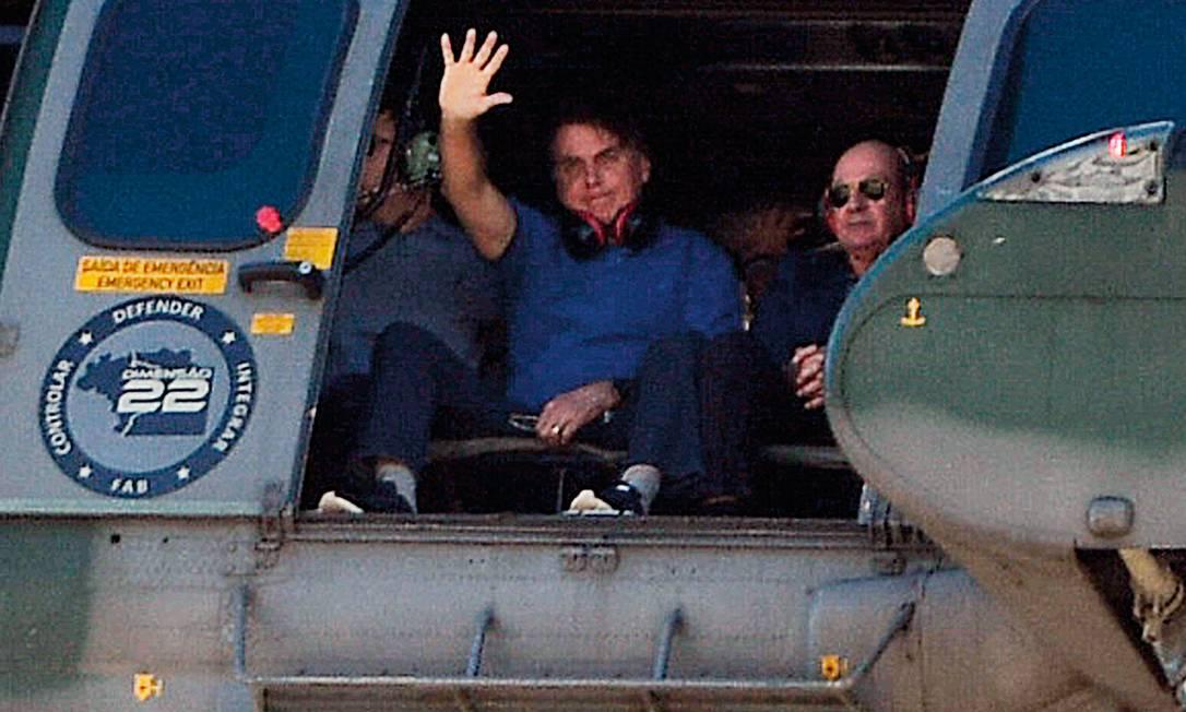 Jair Bolsonaro sobrevoa manifestação antidemocrática em frente ao Palácio do Planalto, em 31 de maio. A escalada do autoritarismo do governo fez surgirem movimentos de contraponto, em defesa da democracia. Foto: Edu Andrade / Fatopress / Folhapress