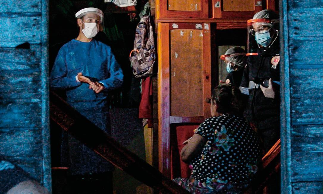 Equipes de saúde têm chegado aos locais mais distantes dos grandes centros, mas a quantidade de testagem no país ainda é baixa. Foto: Tarso Sarraf / AFP