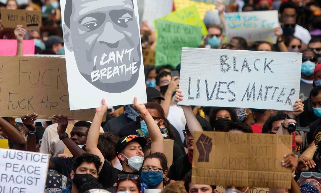 Manifestantes tomaram as ruas de dezenas de cidades nos EUA, nos maiores protestos contra a opressão racial no país em décadas. Foto: Mark Felix / AFP