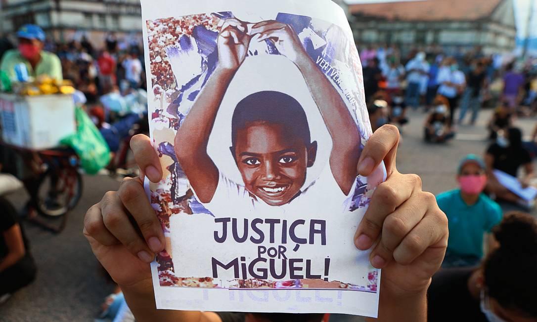 O pai de Miguel, Paulo Inocêncio, segura uma foto do filho em manifestação que pede justiça por sua morte. Foto: Guga Matos / JC Imagem / Folhapress