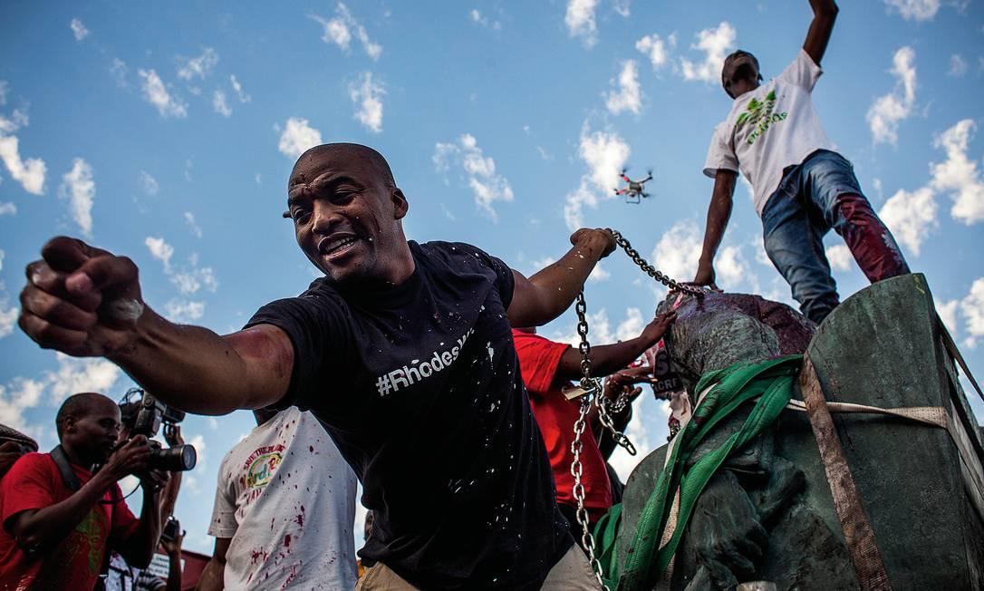 O debate sobre a derrubada de estátuas não é novo, como mostra a ação contra a homenagem a Cecil Rhodes, colonizador e racista, na Cidade do Cabo, em 2015. Foto: Charlie Shoemaker / Getty Images