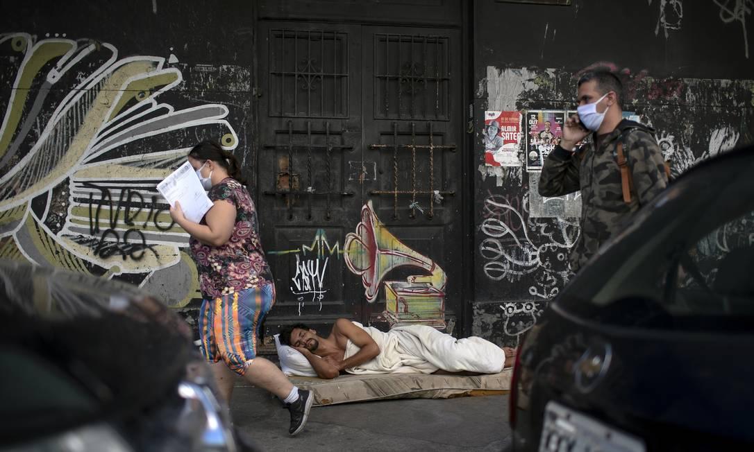 O auxílio emergencial termina em junho, e o Brasil ainda não definiu o que fará para aplacar a cada vez mais grave situação social. Foto: Mauro Pimentel / AFP