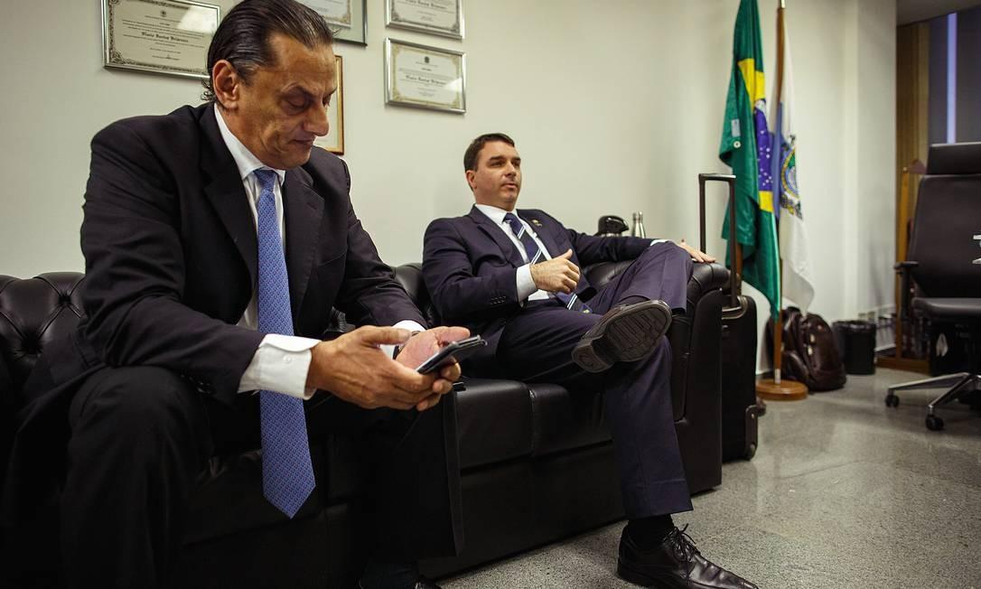 Frederick Wassef e Flávio Bolsonaro Foto: Daniel Marenco / Agência O Globo