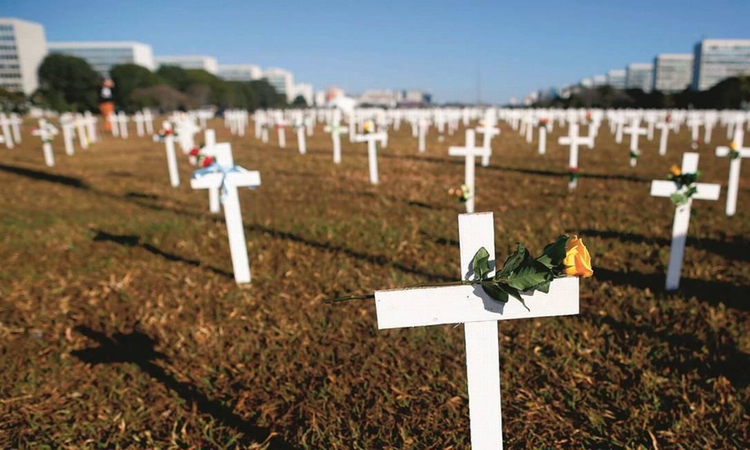 Protesto em favor das vítimas da pandemia na Esplanada dos Ministérios, em Brasília. O país superou a marca de 60 mil mortos na quarta-feira 1º de julho. Foto: Sergio Lima / AFP