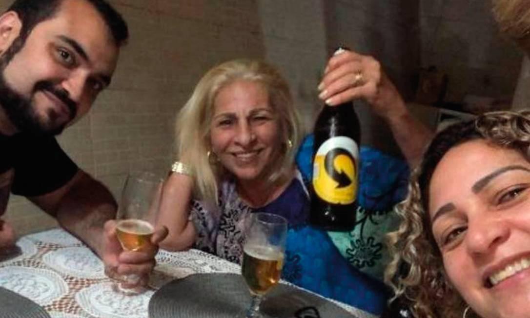 O advogado Luis Gustavo Botto Maia, envolvido na ocultação de Queiroz, Raimunda Veras, mãe do matador Adriano da Nóbrega, e Márcia, reunidos em um restaurante. Foto: Reprodução