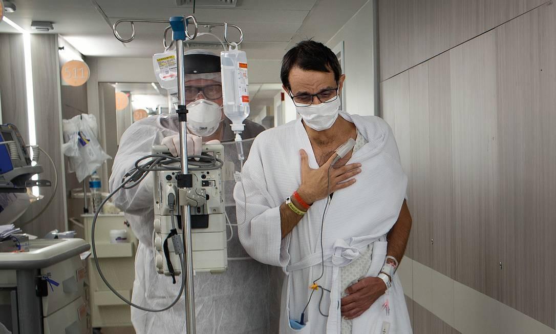 O médico Márcio Ananias, de 53 anos, quando ainda estava internado com a Covid-19. Depois da UTI, desenvolveu algumas sequelas psicológicas. Foto: Márcia Foletto / Agência O Globo