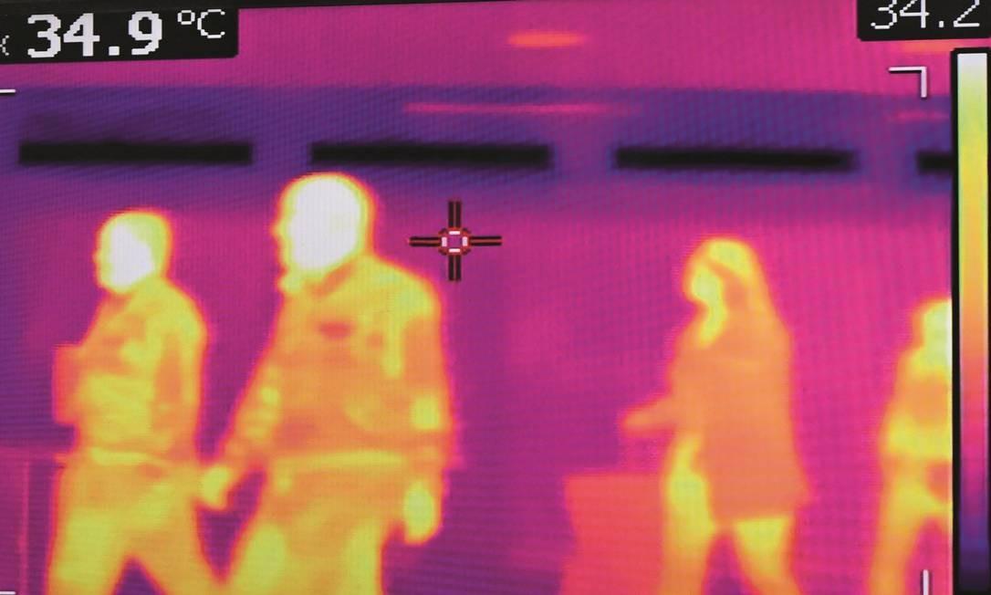 Empresas brasileiras criaram uma ferramenta que detecta pessoas com febre em imagens de câmeras de vídeo, serviço já encontrado em aeroportos no exterior. Foto: Johan Ordonez / AFP
