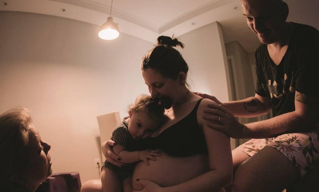 Camila Siqueira com a filha e o marido antes do parto em casa. Foto: Arquivo pessoal
