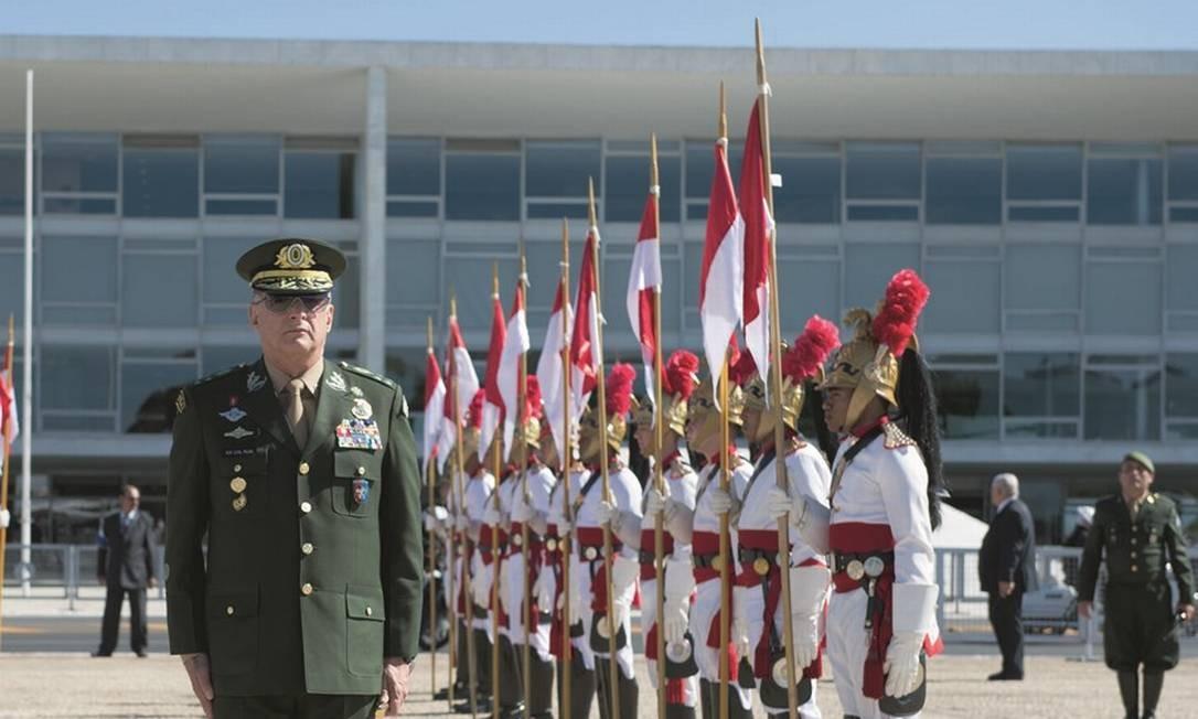 O comandante do Exército em cerimônia no Palácio do Planalto, em 2019. A escolha de Pujol para o cargo era dada como certa antes de Bolsonaro assumir, pelo critério de carreira mais longeva no generalato. Foto: Cap Edvaldo / Flickr / Exército Brasileiro