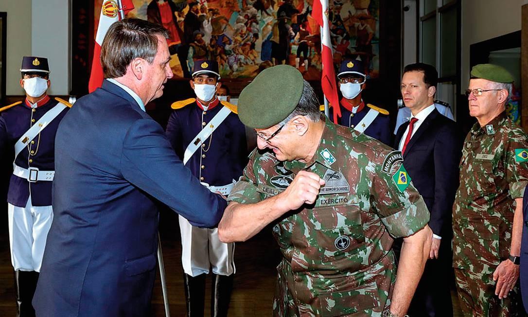 A fatídica cotovelada em forma de cumprimento, em abril deste ano, que fez Jair Bolsonaro considerar a troca de Pujol. Isso seria inédito na história recente do Exército. Foto: Marcos Corrêa / PR