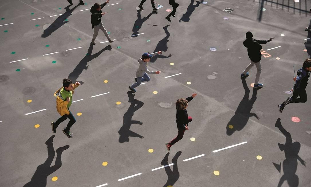 """Em """"distanciamento"""", estudantes brincam no pátio de uma escola de Paris, na França, após a reabertura naquele país. Foto: Franck Fife / AFP via Getty Images"""