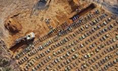 Em Manaus, onde o sistema de saúde colapsou, os cemitérios chegaram a usar retroescavadeiras para dar conta de tantos enterros. A cidade tem hoje apenas duas mortes por dia em média por coronavírus. Foto: Michael Dantas / AFP