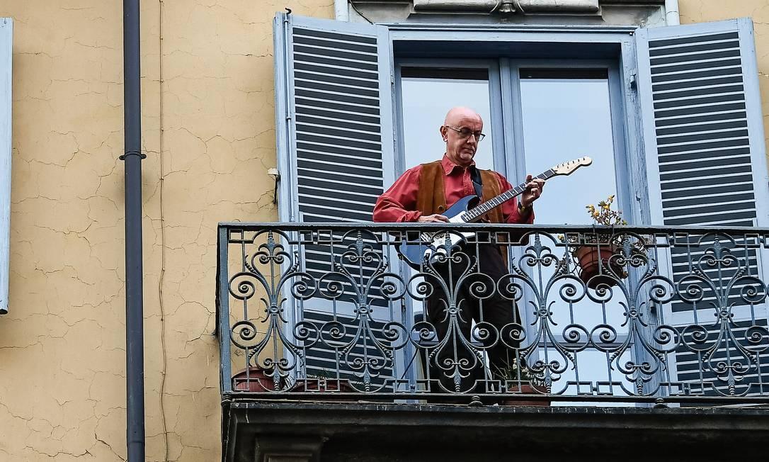 Moradores tocam instrumentos em suas sacadas no bairro de San Salvario, em Turim, durante o lockdown italiano, em março. O interesse pela música se acentuou durante a pandemia. Foto: Nicolò Campo / LightRocket / Getty Images