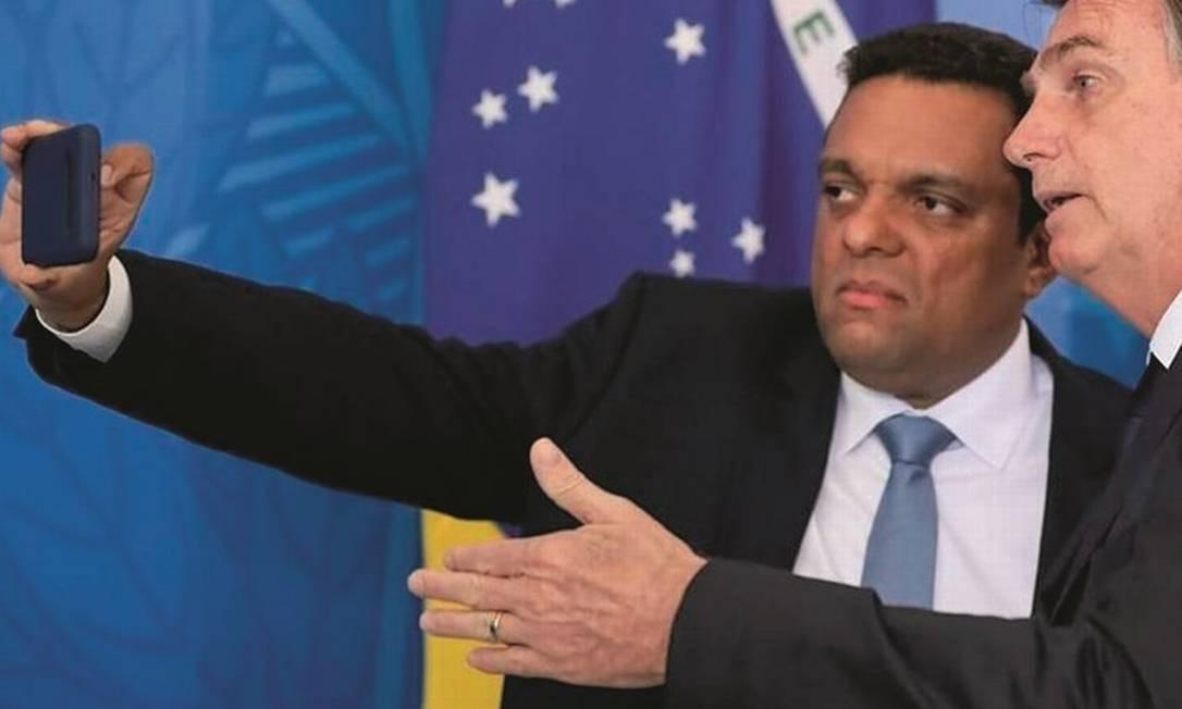O deputado federal Otoni de Paula tira uma selfie com Jair Bolsonaro. Defensor ferrenho da família do presidente, tornou-se influenciador da extrema-direita ao somar mais de 5 milhões de interações. Foto: Reprodução