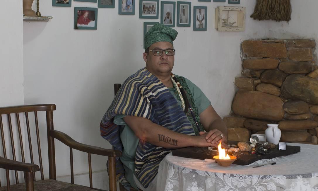 O babalorixá Rogério Guerra, responsável pelo terreiro. Segundo ele, a motivação de familiares da menina foi intolerância religiosa. Foto: Edilson Dantas / Agência O Globo