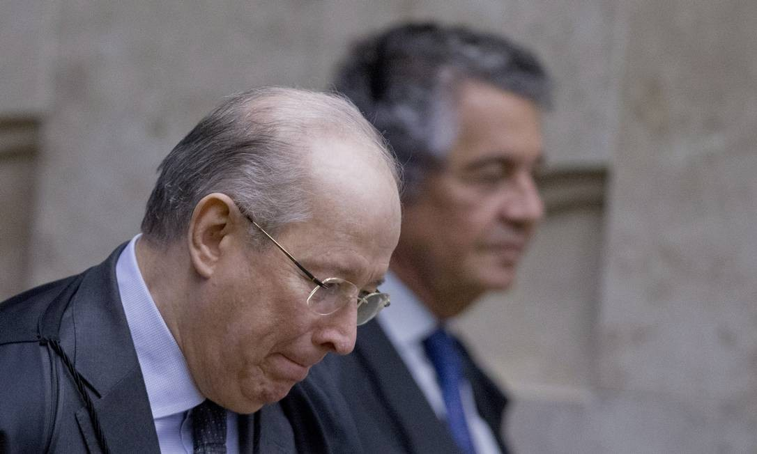 Os ministros do STF Celso de Mello e Marco Aurélio Mello (em segundo plano). Foto: Jorge William / Agência O Globo