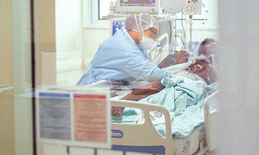 Paciente sendo atendido na Unidade de Terapia Intensiva (UTI) do Hospital Emílio Ribas, em São Paulo, em junho, momento em que ainda havia muitas dúvidas sobre o tratamento adequado. Foto: Andre Lucas / dpa / picture alliance via Getty Images