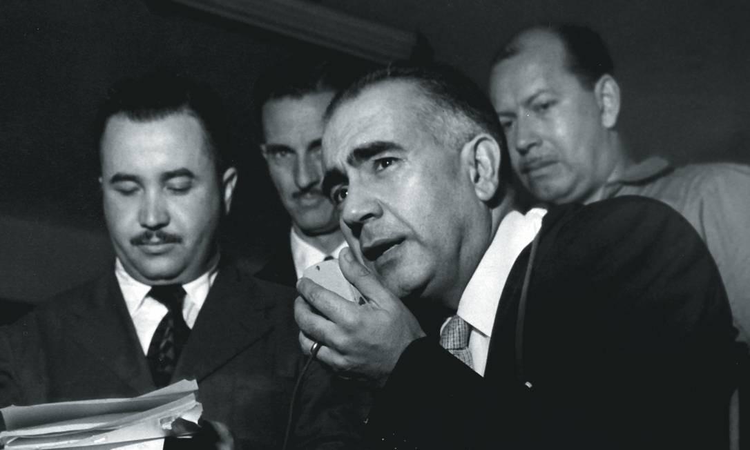 Erico Verissimo em entrevista ao chegar ao aeroporto do Galeão nos anos 1950. Foto: Reprodução